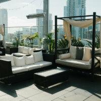 Loungemöbel mit Sonnenschutz auf der Dachterrasse.