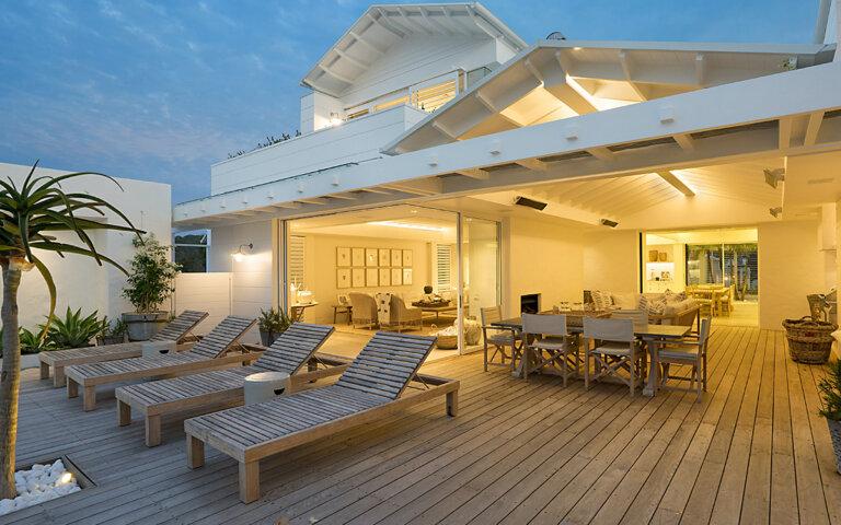 Terrassenüberdachung aus Holz  Alu  Glas & Metall im Überblick