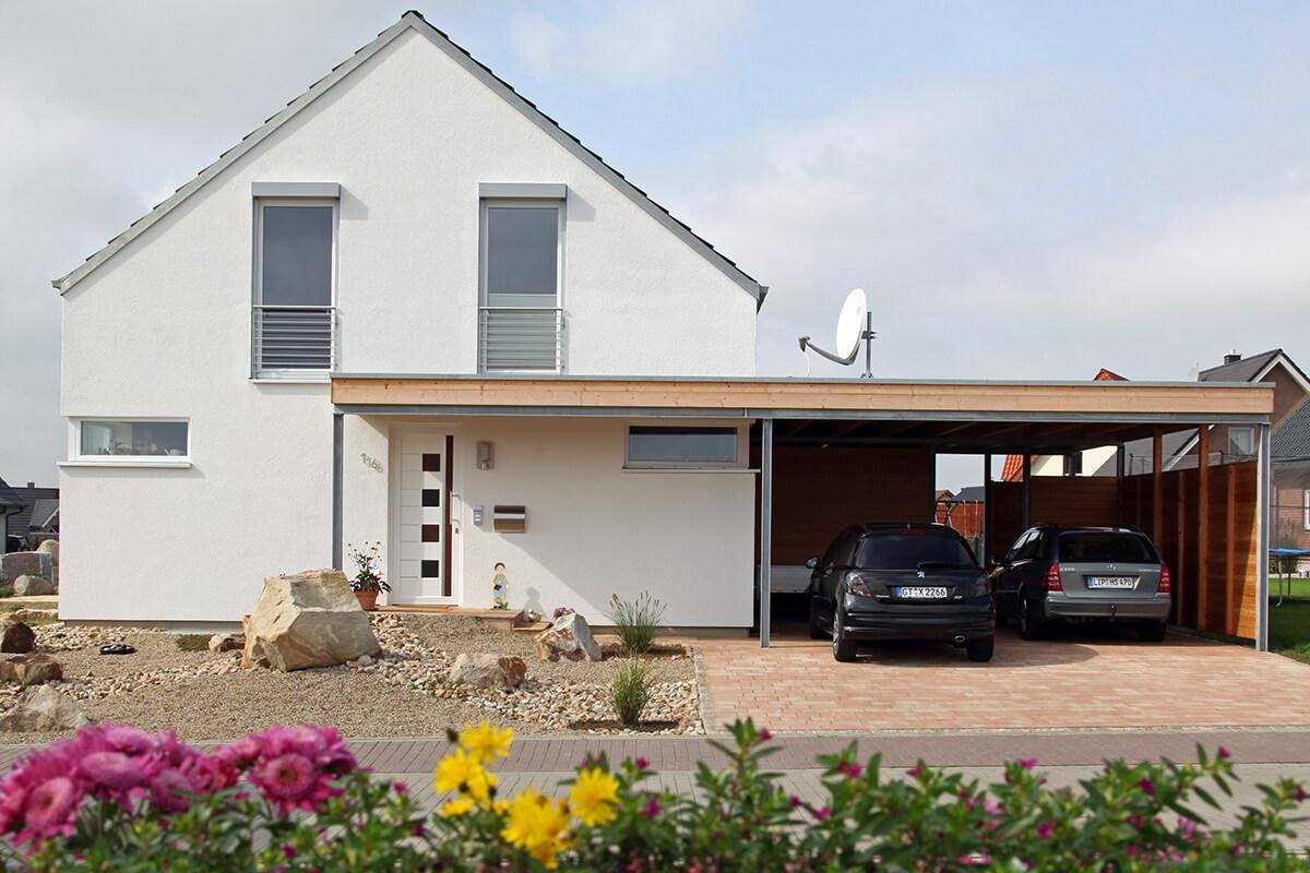 Haus mit Carport aus Holz