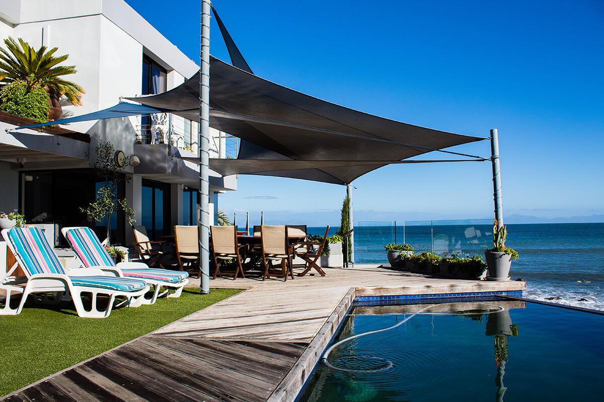 Terrassenüberdachung mit einem Sonnensegel