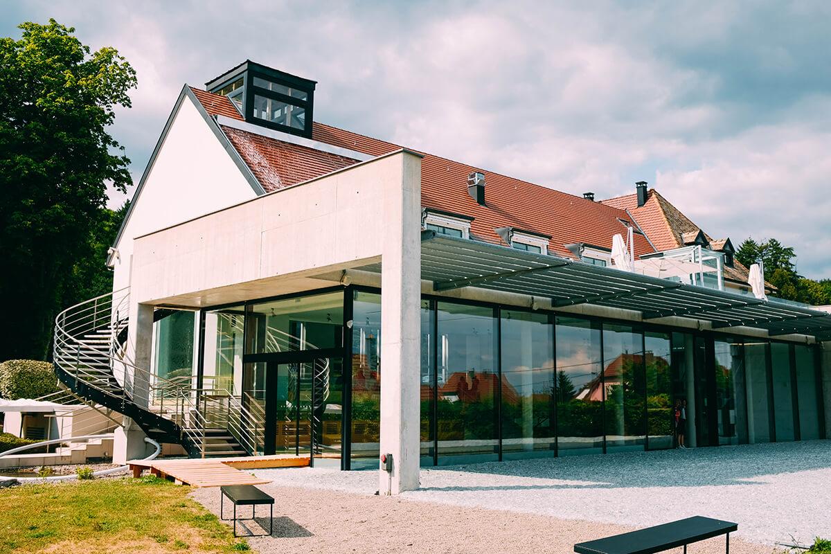 Moderne Terrassenüberdachung einer Villa