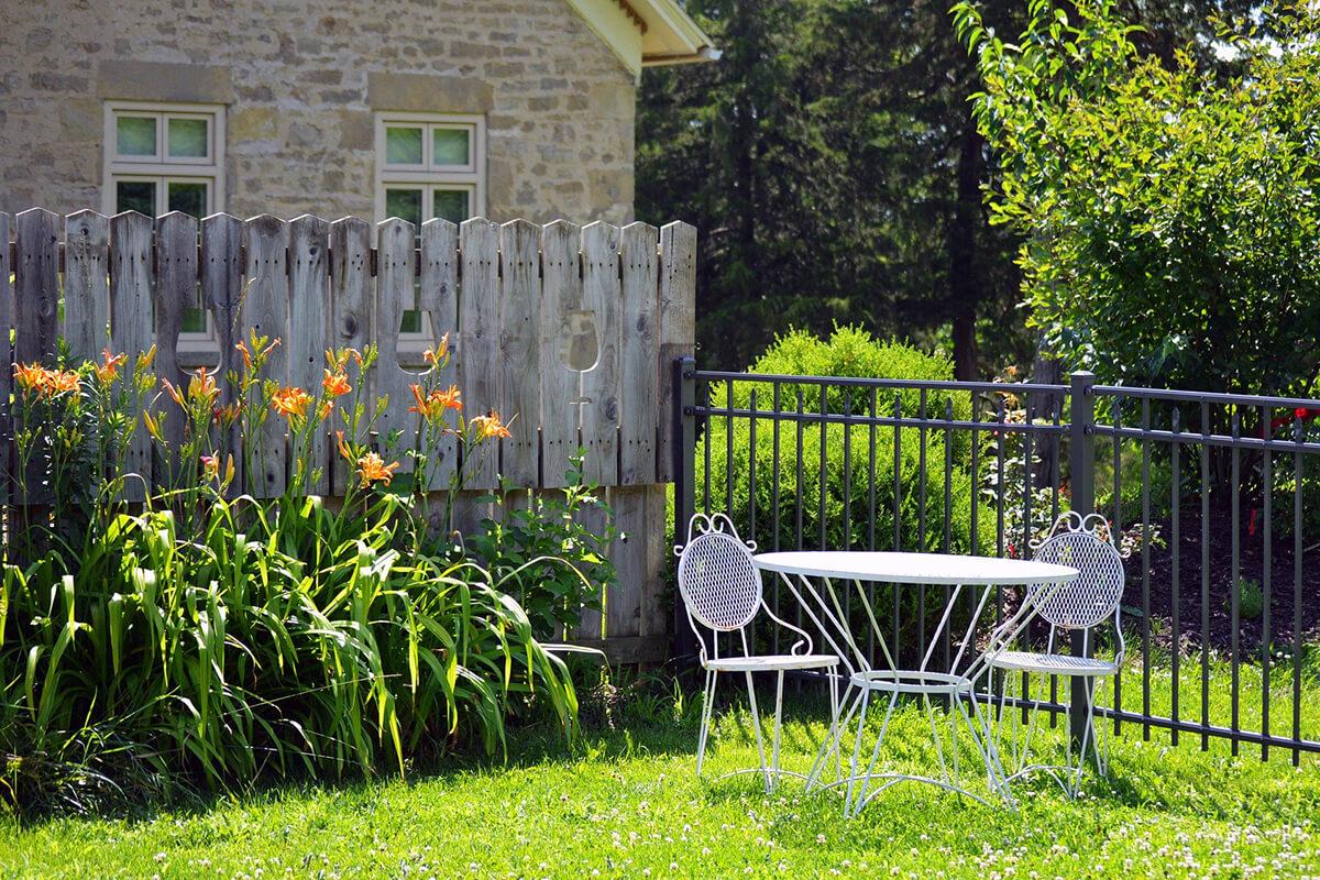 Gemütliche Sitzecke aus Metall im Landhausgarten