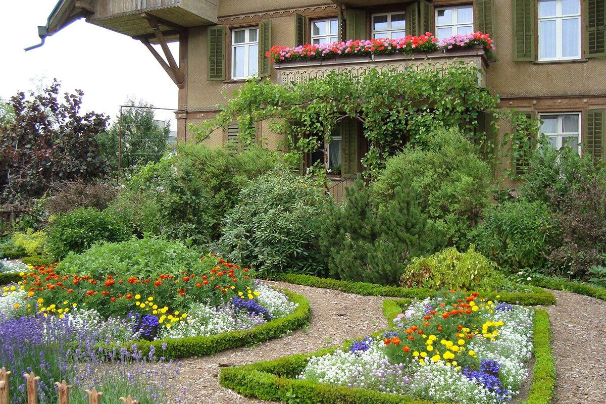 Üppige Staudenbeete im Landhausgarten
