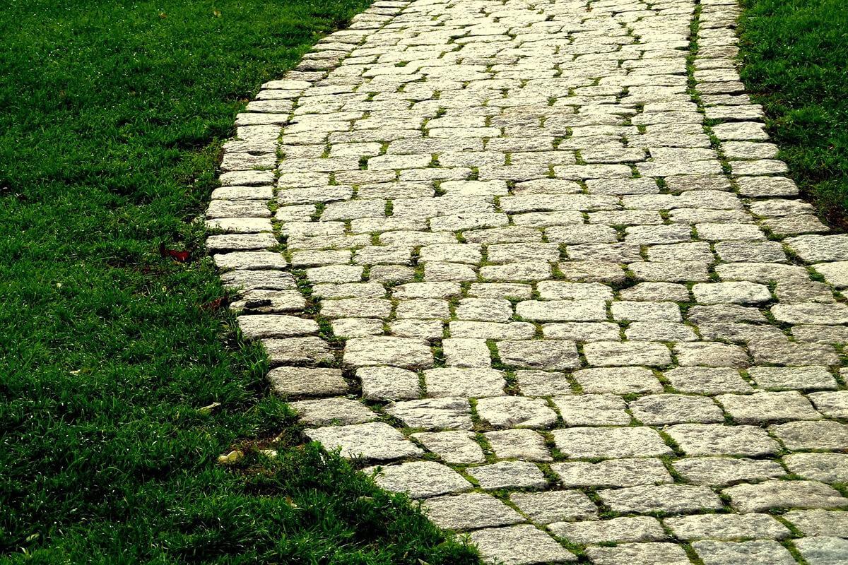 Pflastersteine verlegen ᐅ Anleitung mit Unterbau + Kosten