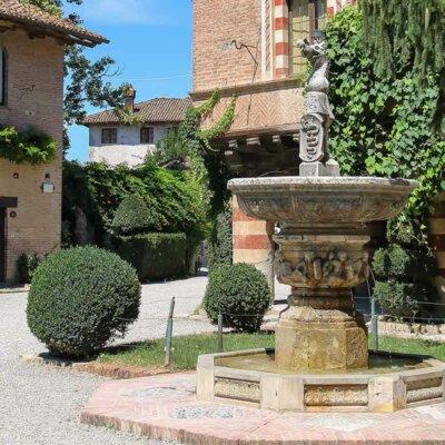Buchsbäume mit Brunnen