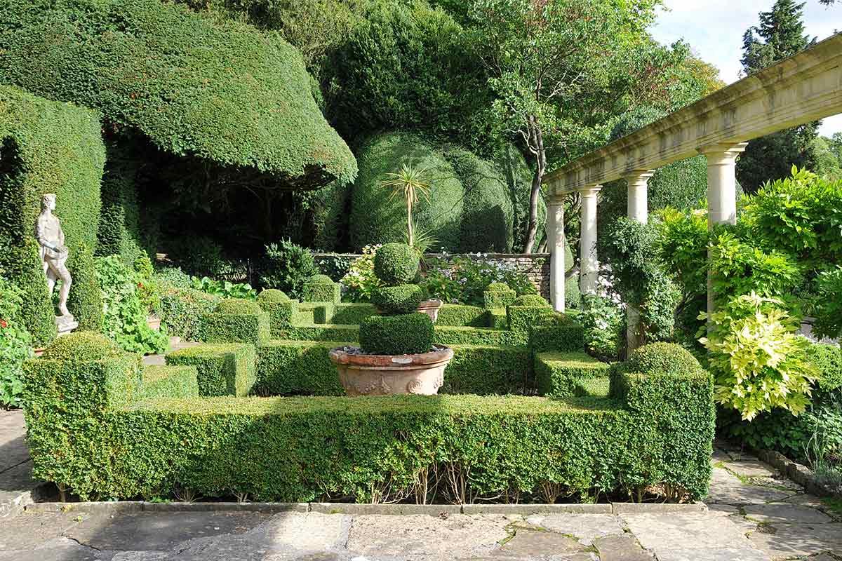 Antik gestalteter Park mit Buchsbaum-Formschnitten