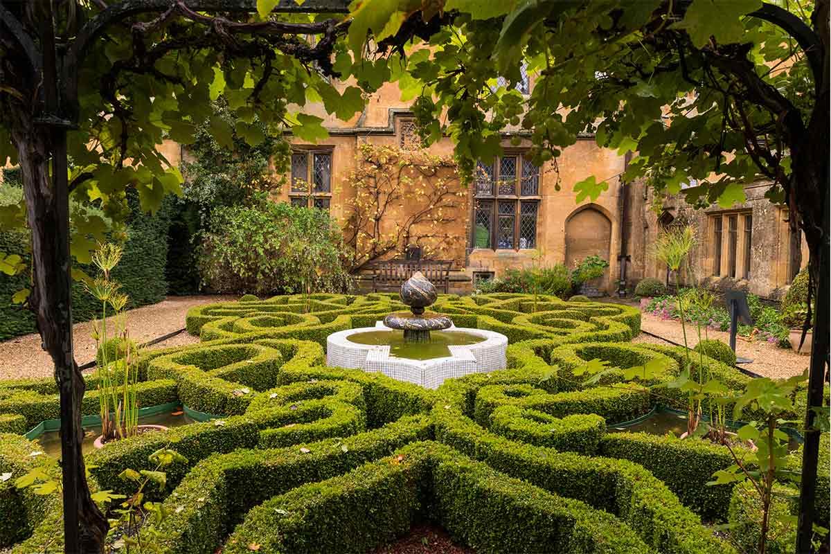 Buchsbaum-Labyrinth mit Brunnen