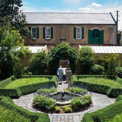 Buchsbaum-Hecken auf einem Platz mit Brunnen