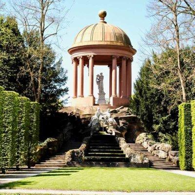 Apollo-Tempel mit Buchsbaumsäulen © EWY Media / shutterstock.com