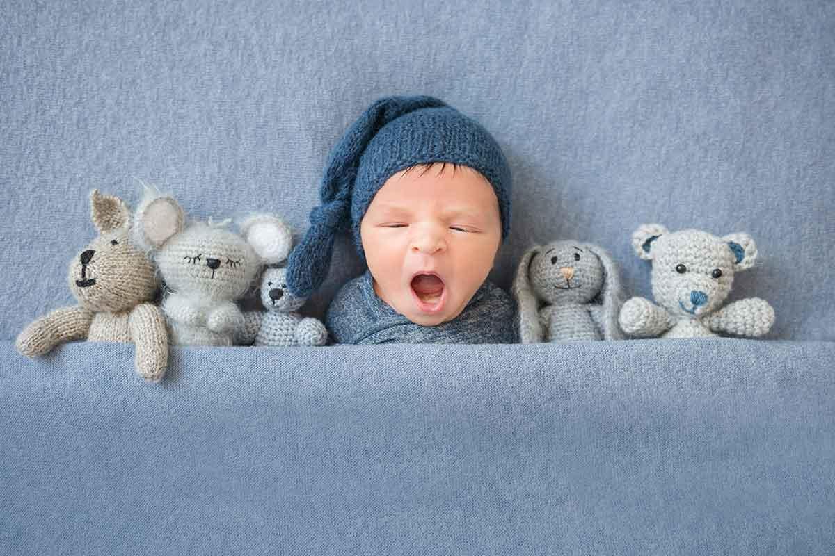 süßes baby gähnt nach geburt