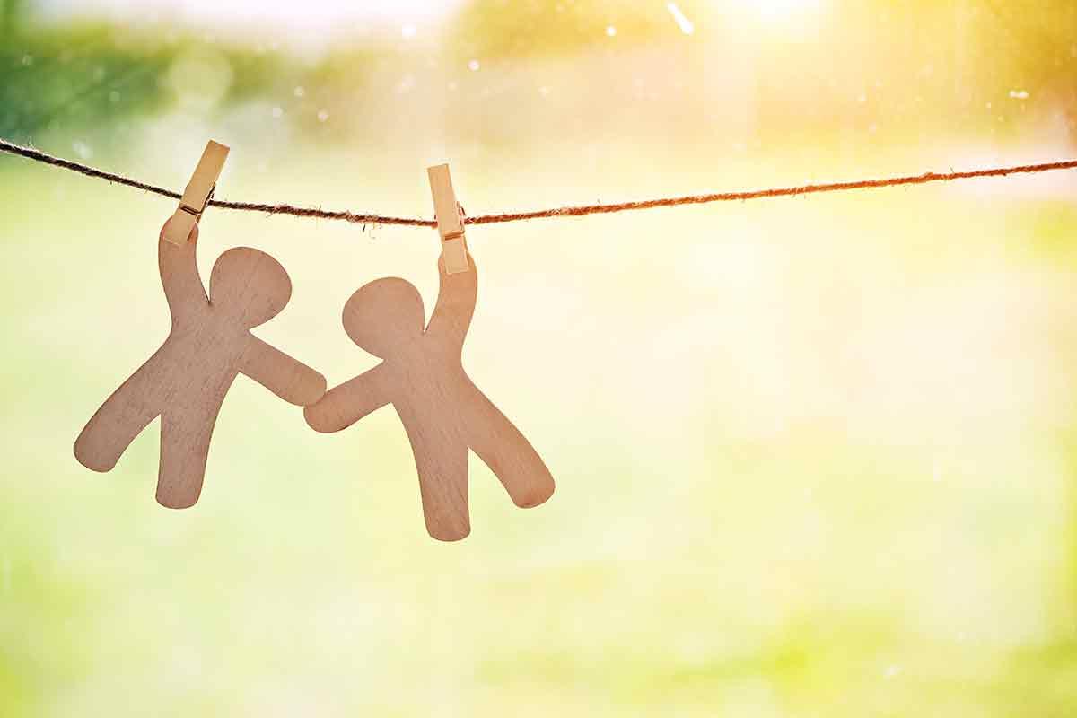 Freund freuen sich am Valentinstag über schöne Freundschafts-Sprüche und Grüße per WhatsApp