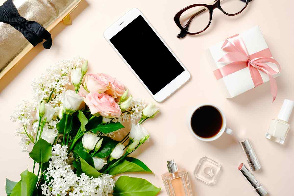 schöne Muttertagssprüche per WhatsApp auf Hany neben Geschenken und Blumen