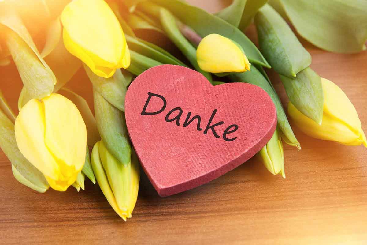 Rotes Herz mit Danke und Blumen als Geschenk für Muttertag