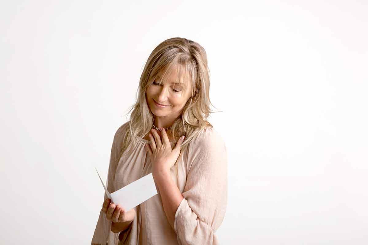 Mutter ist von besonders schönen und liebevollen Muttertagssprüchen in Karte gerührt