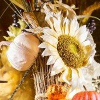 Getrocknete Sonnenblume im Gesteck