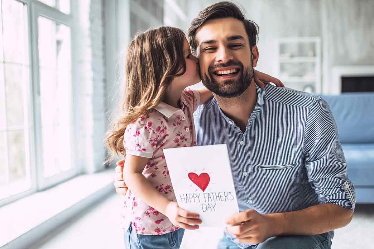 Vater freut sich über Vatertagssprüche von seiner Tochter