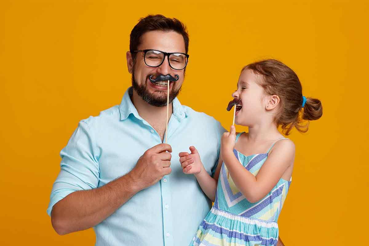 Vater und tochter lachen zusammen über Vatertagssprüche