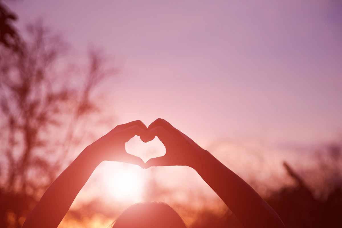 Hände formen Herz zum Vatertag im Sonnenuntergang