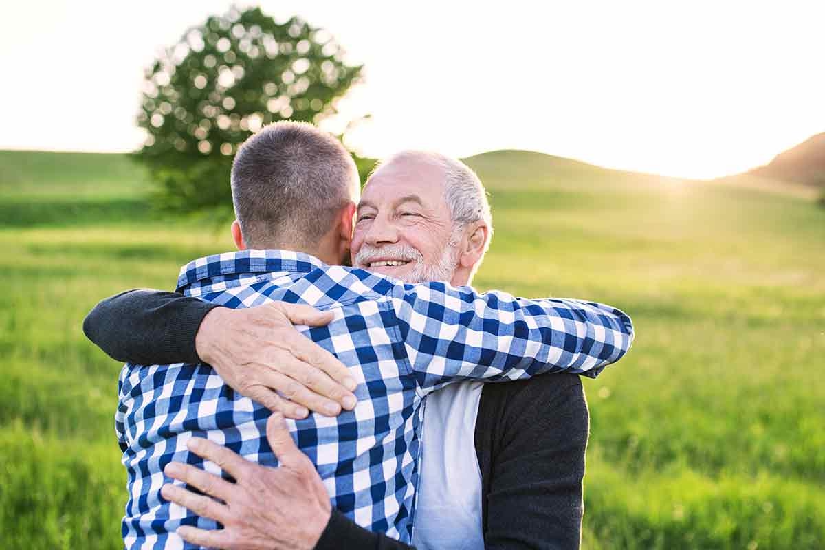 Vater und Sohn umarmen sich zum Vatertag