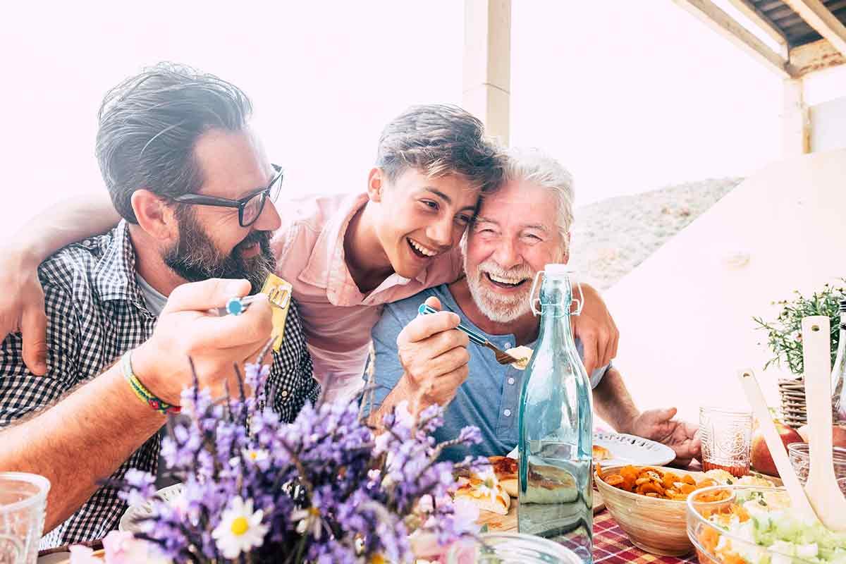 verschiedene Männer freuen sich über Vatertagssprüche