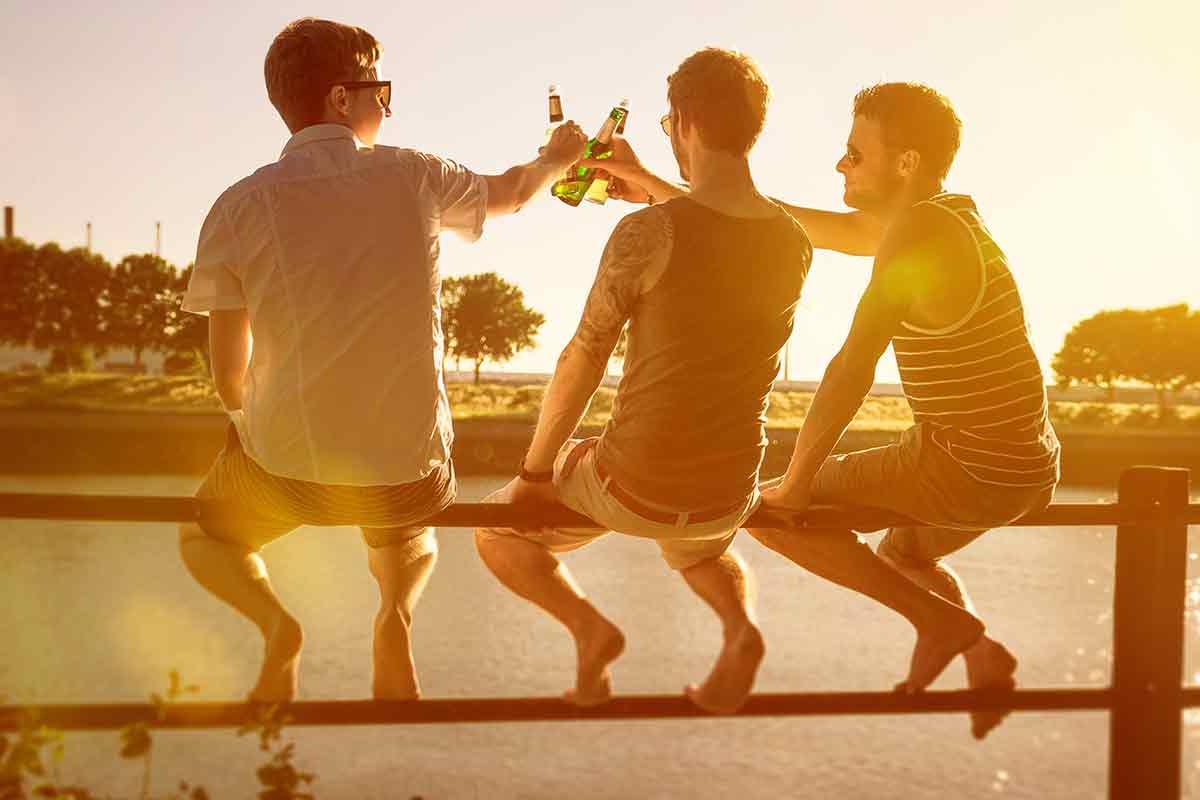 Freunde trinken Bier am Männertag