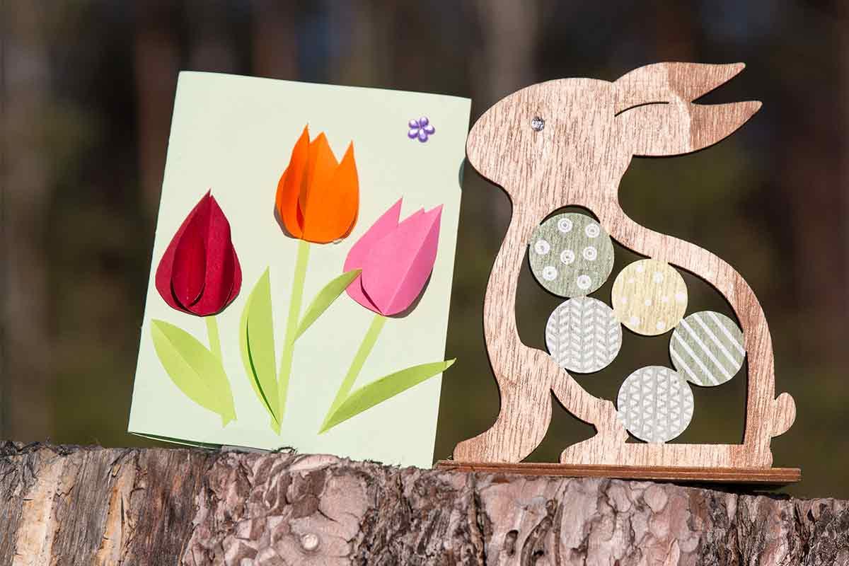 Karte mit Tulpen und Osterdeko