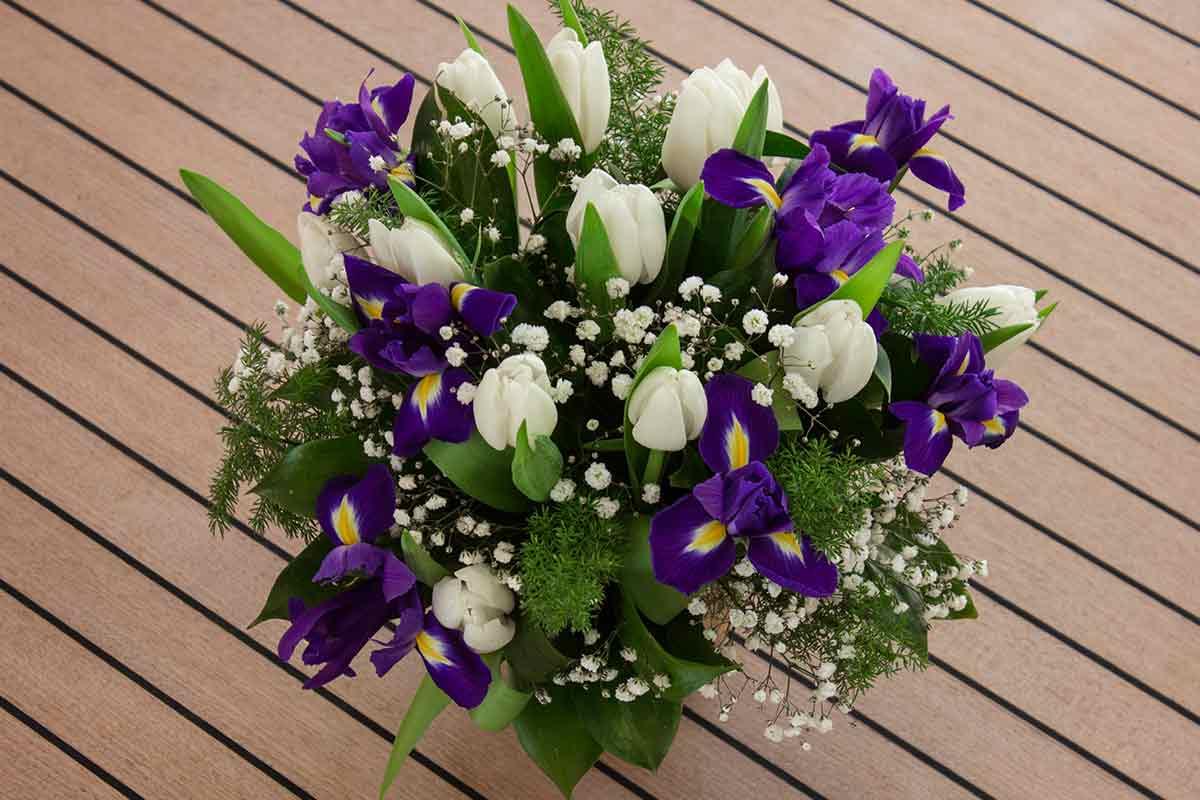 Weiß-lila Tulpenstrauß