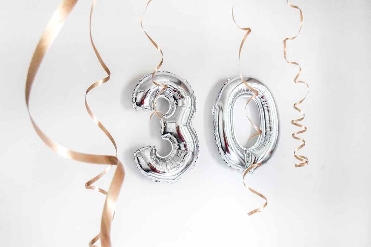 Luftballon 30 mit goldenen Schleifen