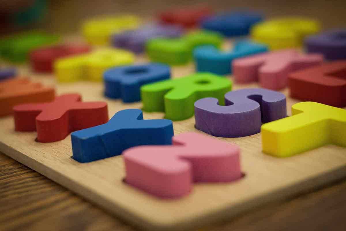 Bunte Holzbuchstaben auf Brett