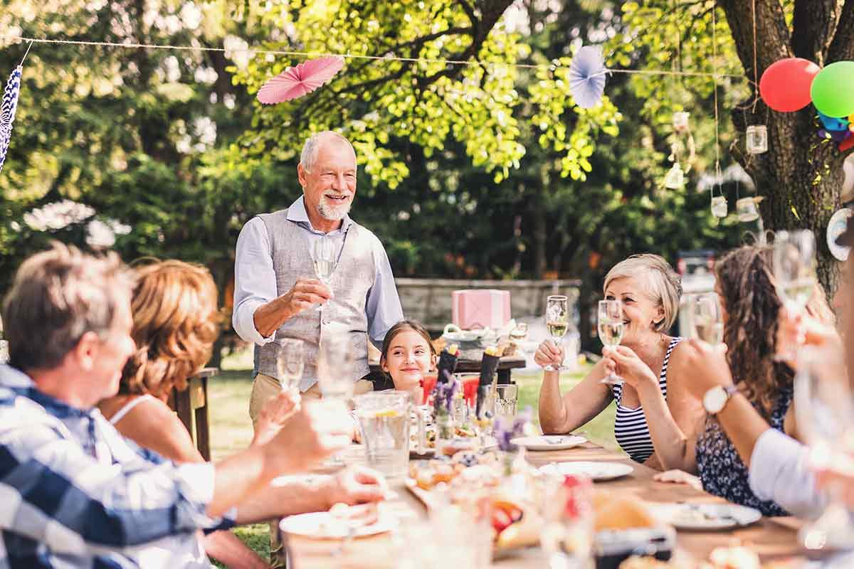 Familie freut sich über tolle Geburtstagssprüche auf Gartenparty