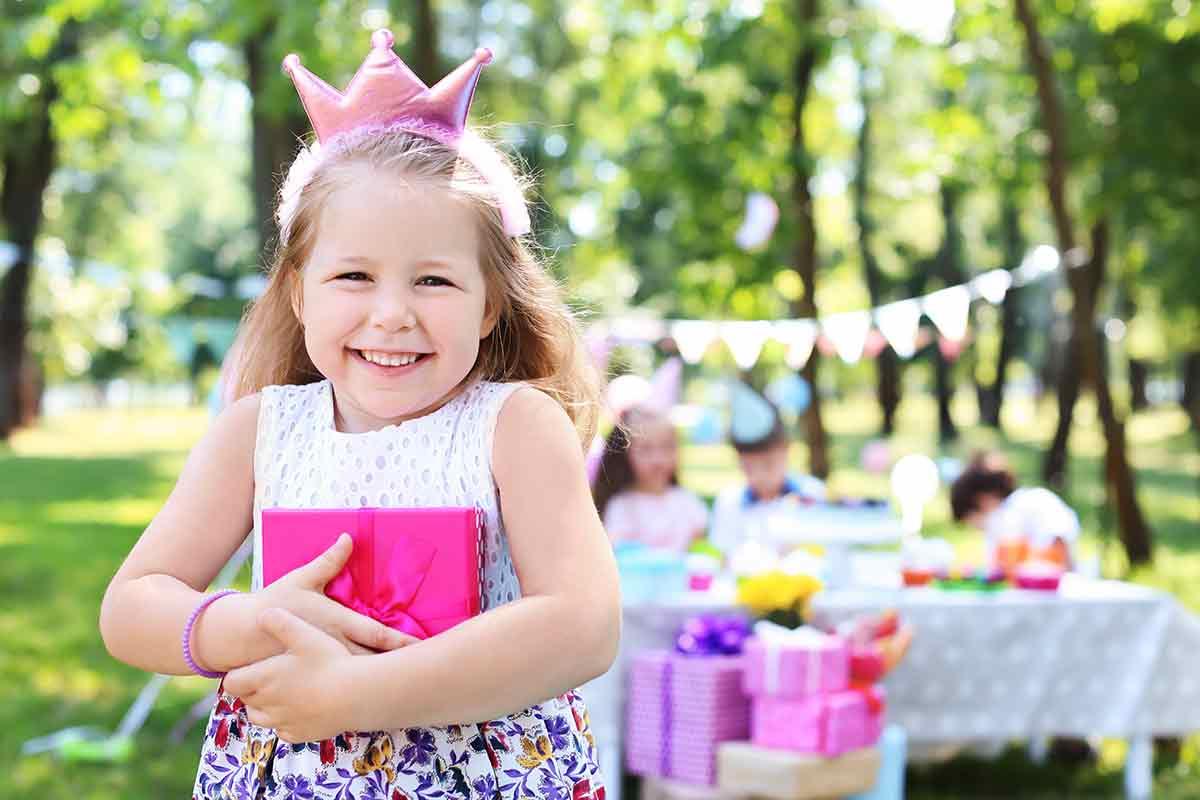 Süßes Mädchen freut sich über Geburtstagssprüche