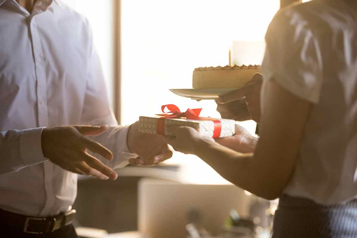 Arbeitskollege bekommt Geschenk und Geburtstagssprüche