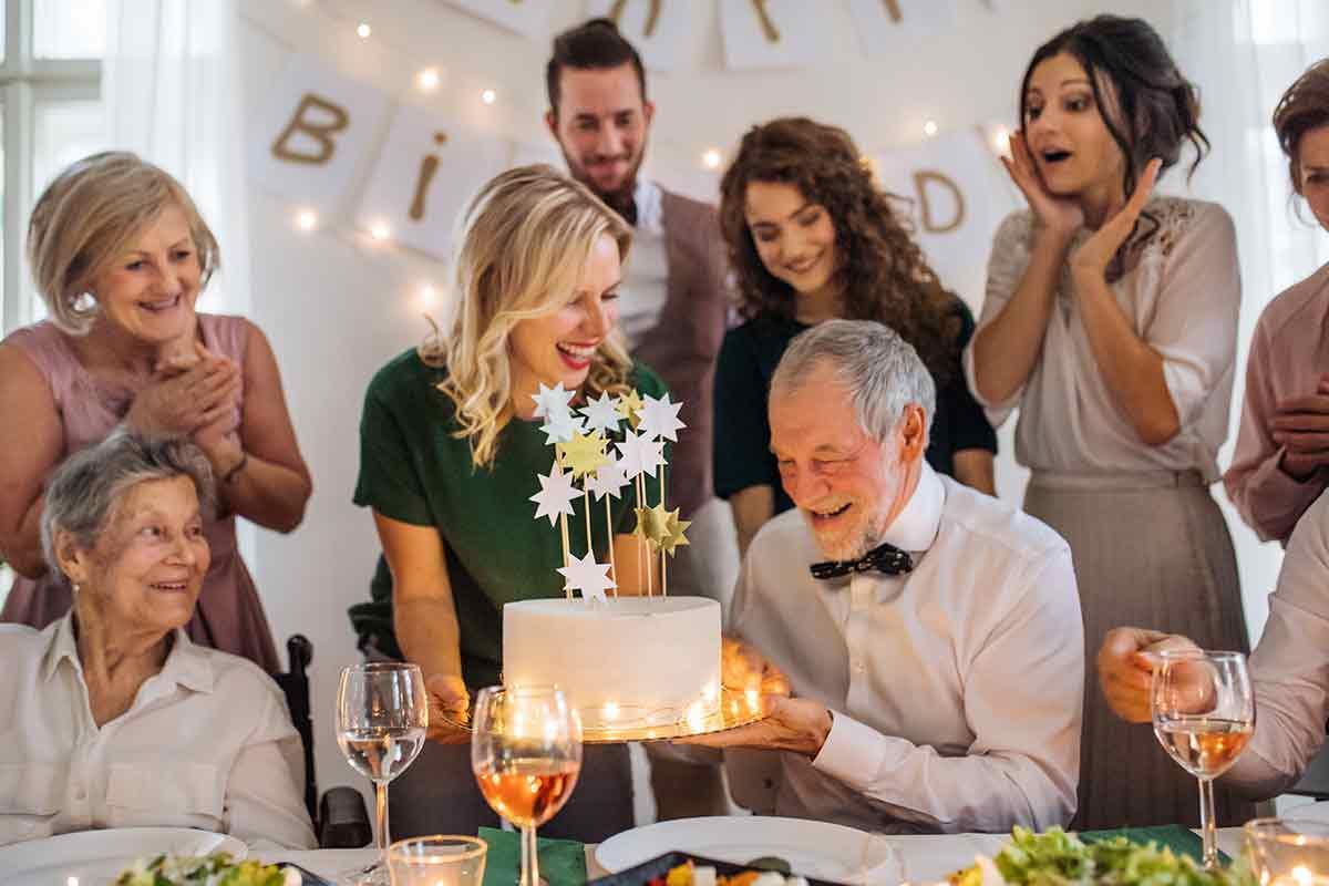 Älterer Mann feiert mit Familie 80. Geburtstag