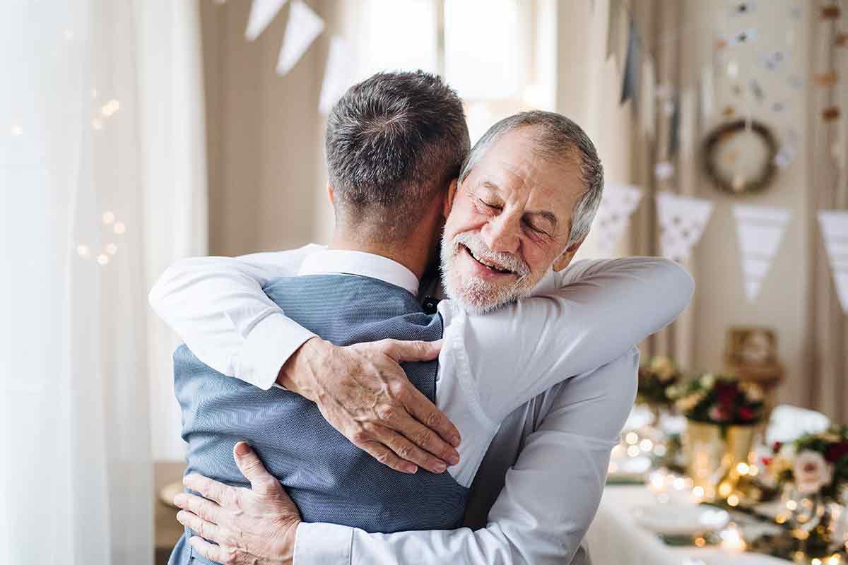 Vater und Sohn umarmen sich am Geburtstag