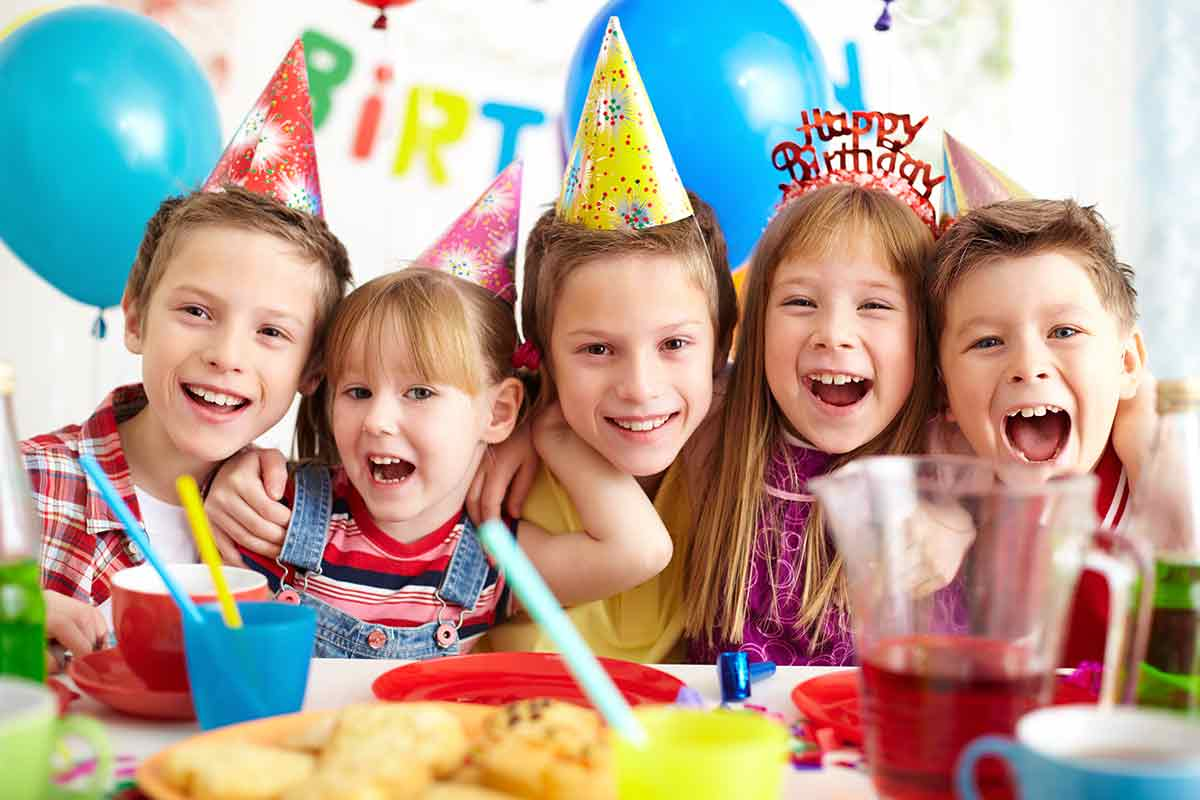 Fröhliche Kinder feiern zusammen Geburtstag