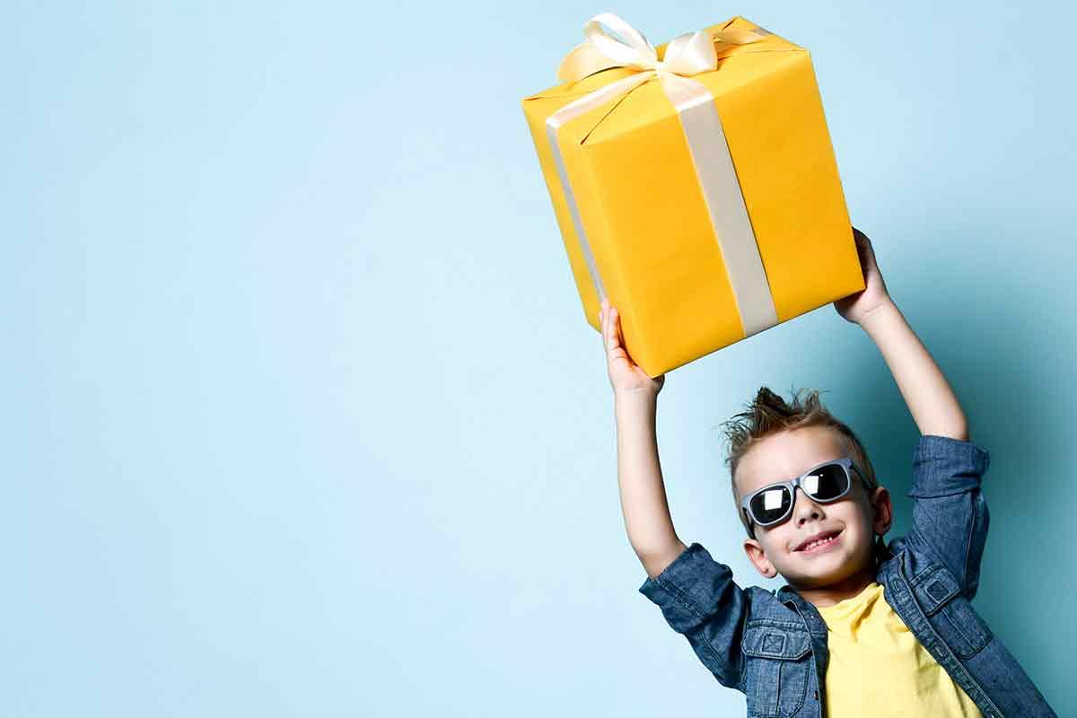 Kleiner cooler Junge freut sich über Geburtstagssprüche