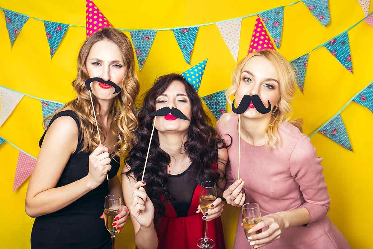 Frauen freuen sich über lustige Geburtstagssprüche