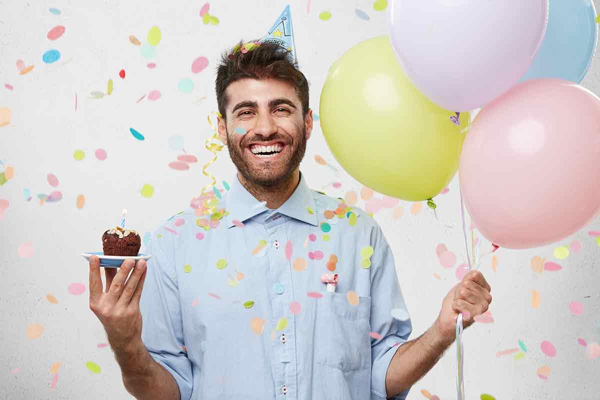 Mann freut sich über lustige Geburtstagssprüche