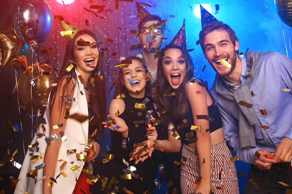 Junge Leute feiern zum Geburtstag in Disko
