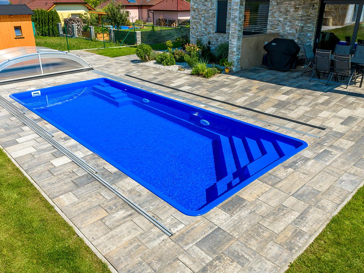 GfK-Pool in Garten mit Abdeckung