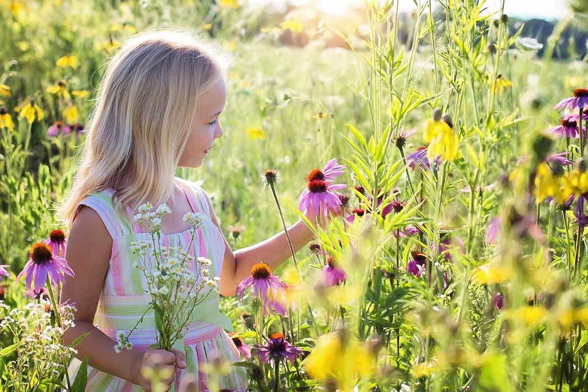 Mädchen in einer Blumenwiese