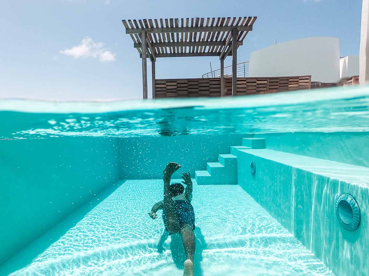 Mann taucht in eigenem GfK-Pool