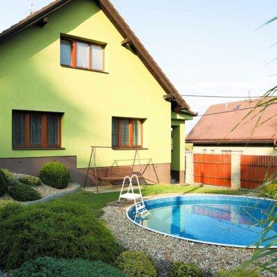 Rundes GfK-Becken in Garten von Einfamilienhaus