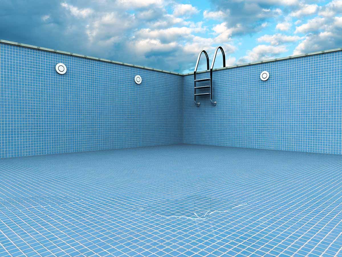 Leerer GfK-Pool in Blau mit Leiter