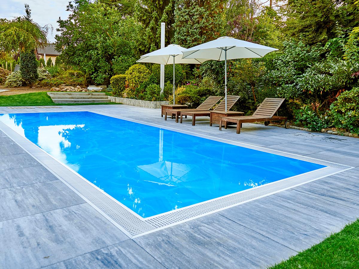 GfK-Pool mit Sonnenliegen in Garten