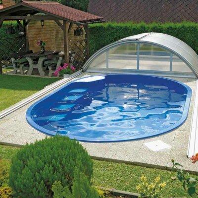 Ovaler GFK-Pool neben Sitzecke