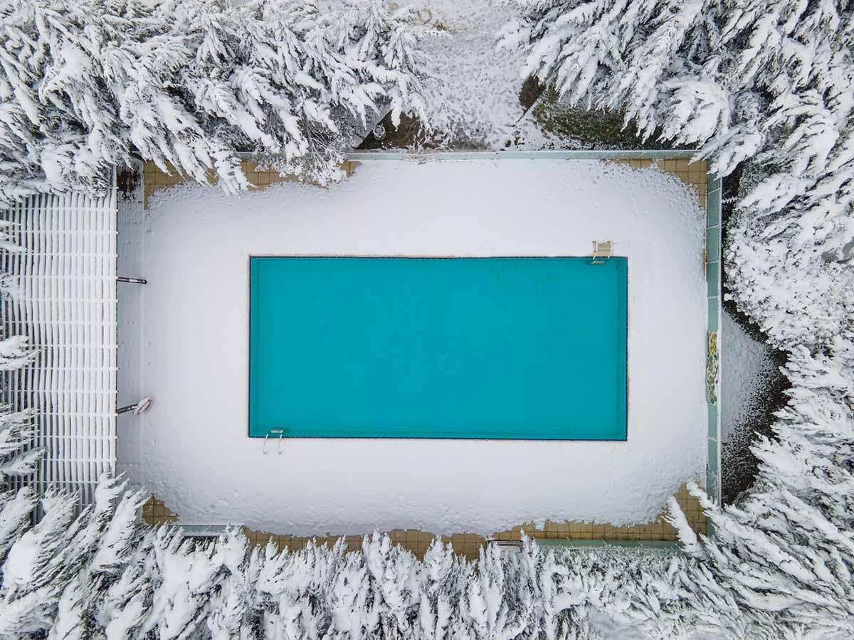 Pool im Winter mit Frost