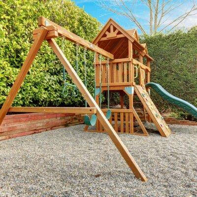 Schöner Holzspielplatz im Garten