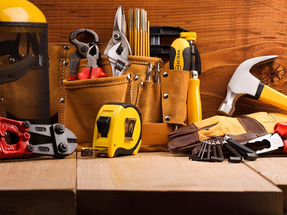 Werkzeuge zum Bau von Kinder-Spielplatz auf Tisch