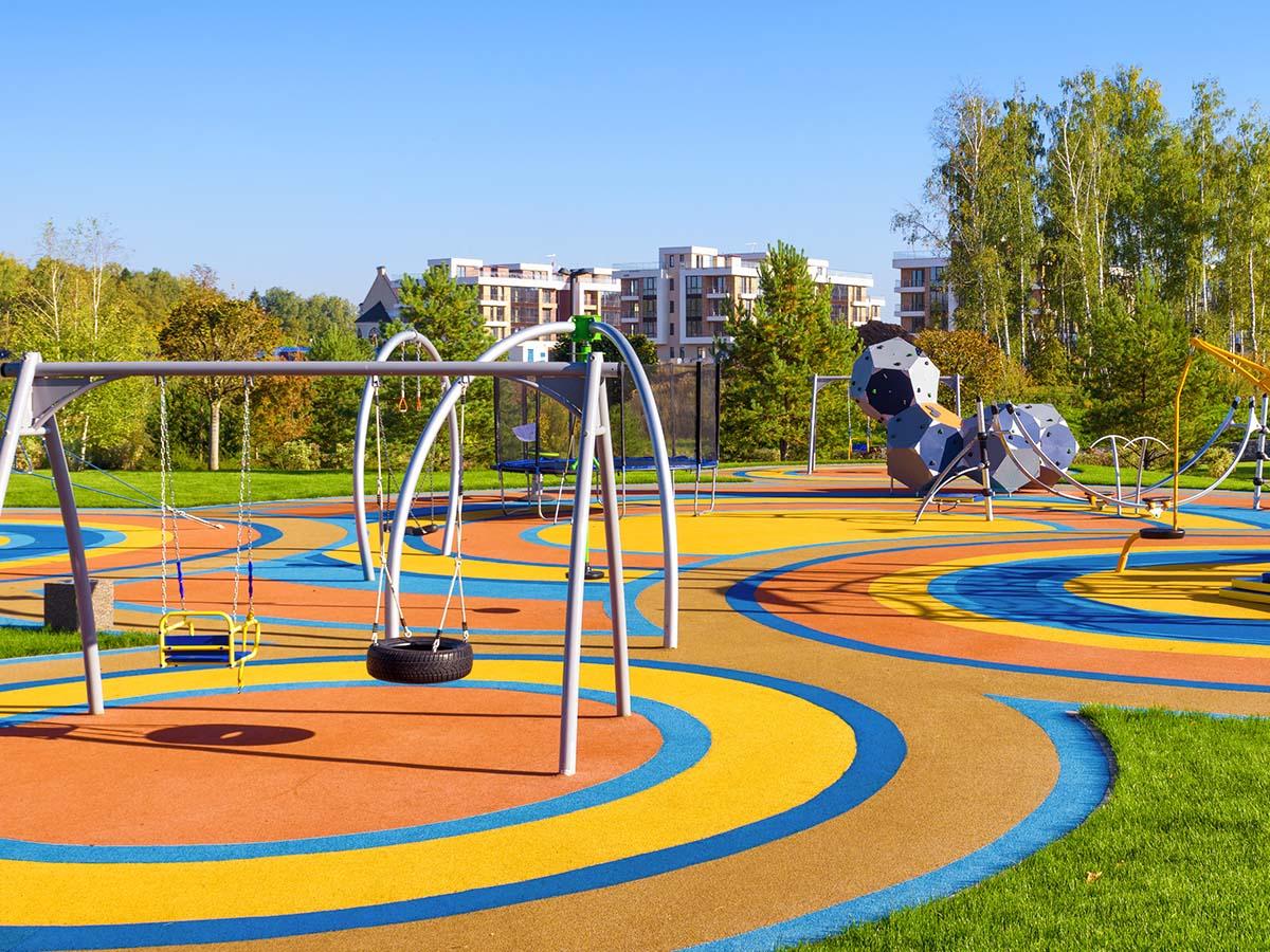 Kinder-Spielplatz mit buntem Boden